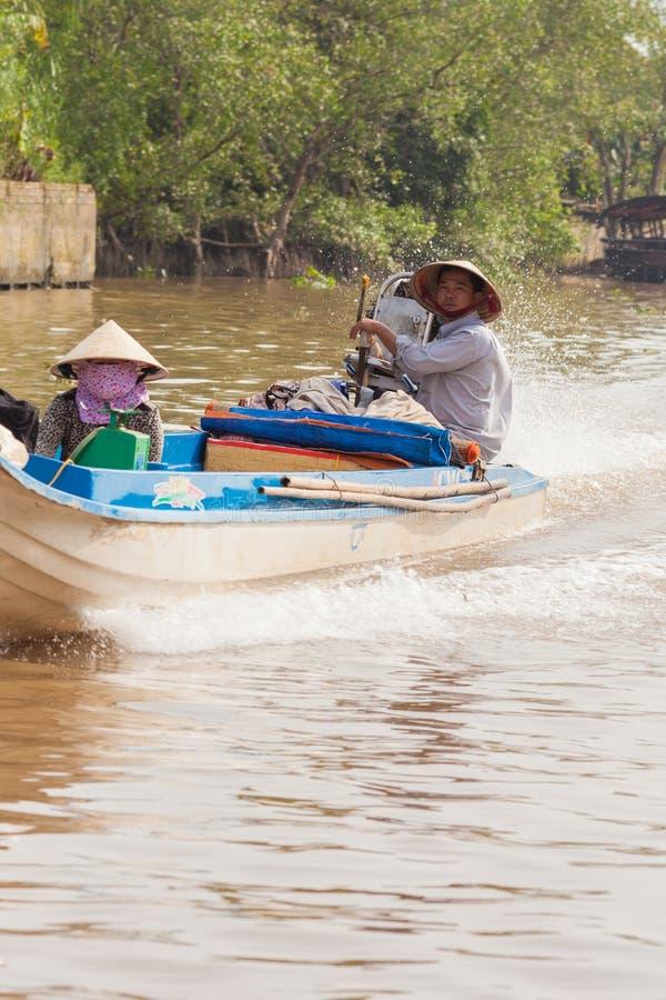Delta湄公河越南 在钓鱼的汽船的越南夫妇 库存照片