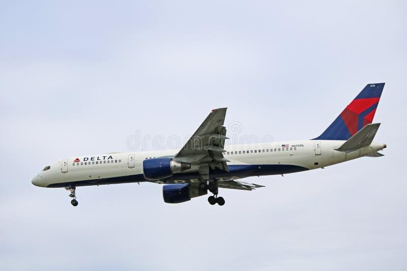 Delta Air Lines Boeing 757-200 à l'approche finale image stock