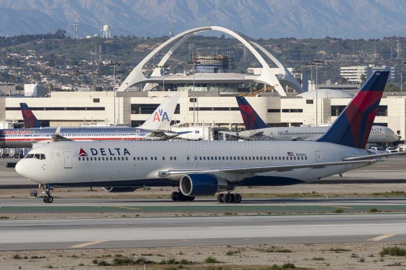 Delta Air Lines Boeing 767 που απογειώνεται από το διεθνή αερολιμένα του Λος Άντζελες στοκ φωτογραφία