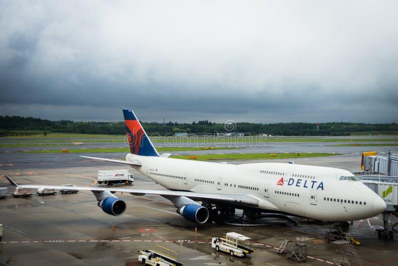 Delta Air Lines Boeing 747-451 remolcado en el aeropuerto de Narita, Japón foto de archivo libre de regalías