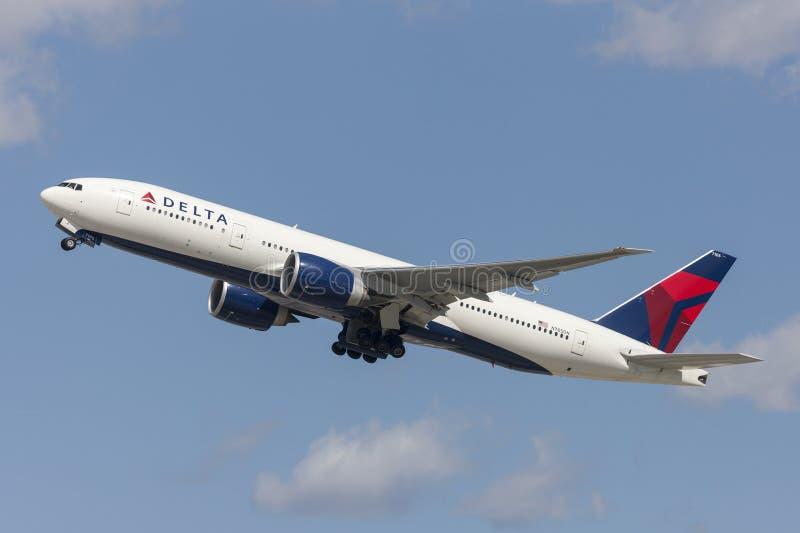 Delta Air Lines Boeing 777 vliegtuig die van de Internationale Luchthaven van Los Angeles opstijgen royalty-vrije stock afbeelding