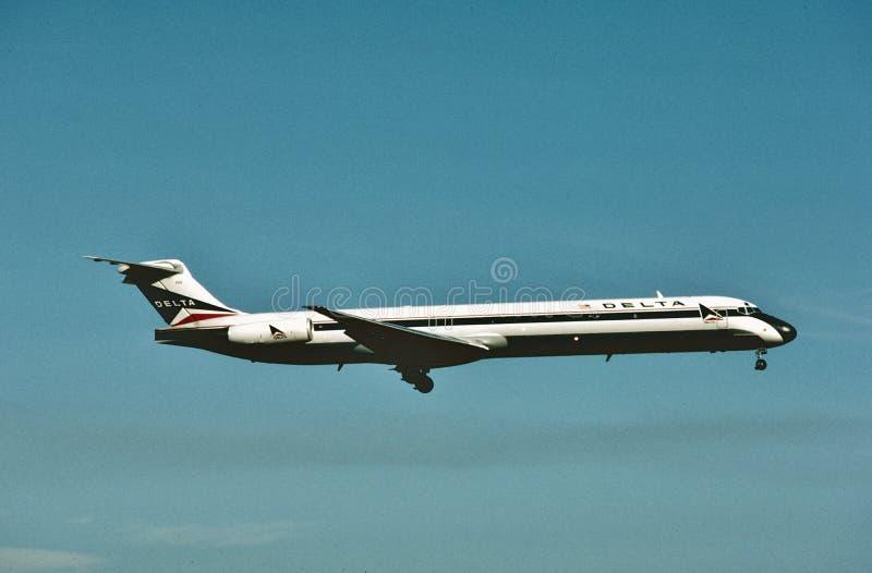 Delta Air Lines McDonnell Douglas MD-88 lądowanie przy Dallas, Teksas w 1989 obrazy royalty free