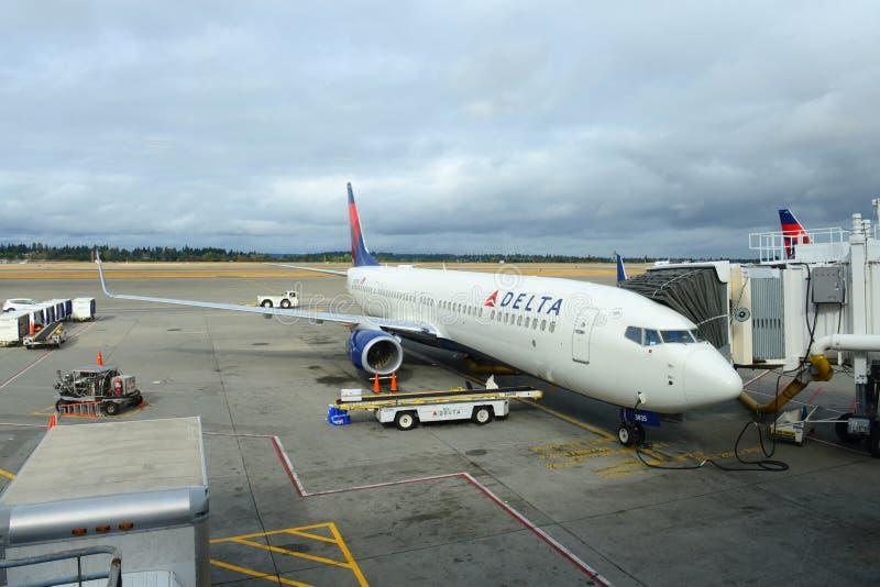 Delta Airlines Боинг 737 на авиапорте Сиэтл стоковое фото rf