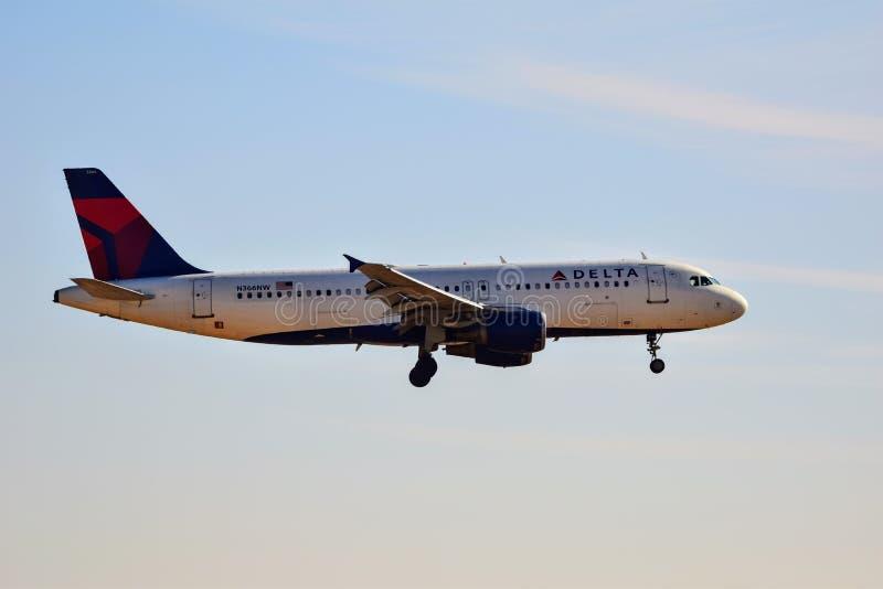 Delta Airlines Airbus A320 entrant pour un atterrissage photographie stock