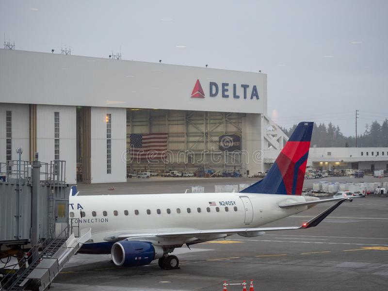 Delta Airlines-Aufhänger und -flugzeug an internationalem Flughafenabfertigungsgebäude Seattles Tacoma lizenzfreies stockfoto