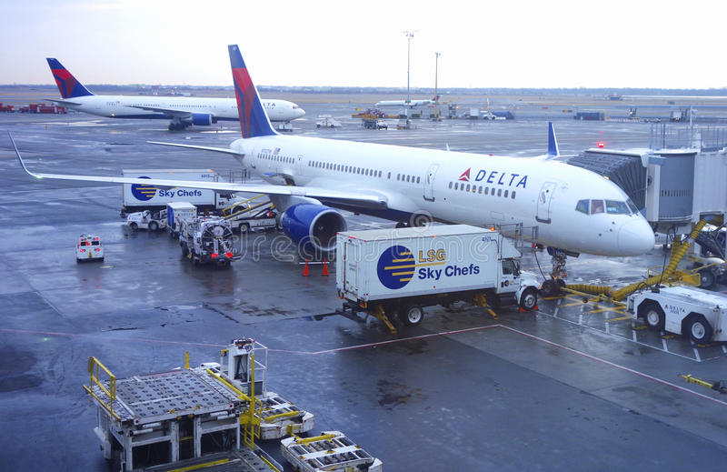 Delta Airlines Boeing 757 aviões na porta em John F Kennedy International Airport fotografia de stock royalty free