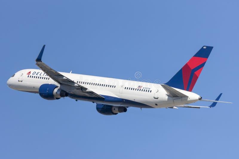 Delta Airlines Boeing 757 bierze daleko od Los Angeles lotniska międzynarodowego obraz stock