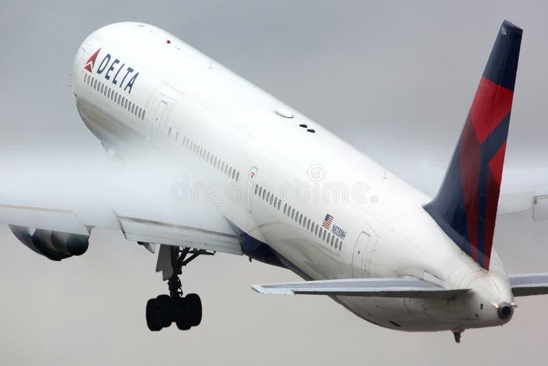 Delta Airlines Boeing 767-400 N828MH που απογειώνεται σε Sheremetyevo στοκ εικόνα