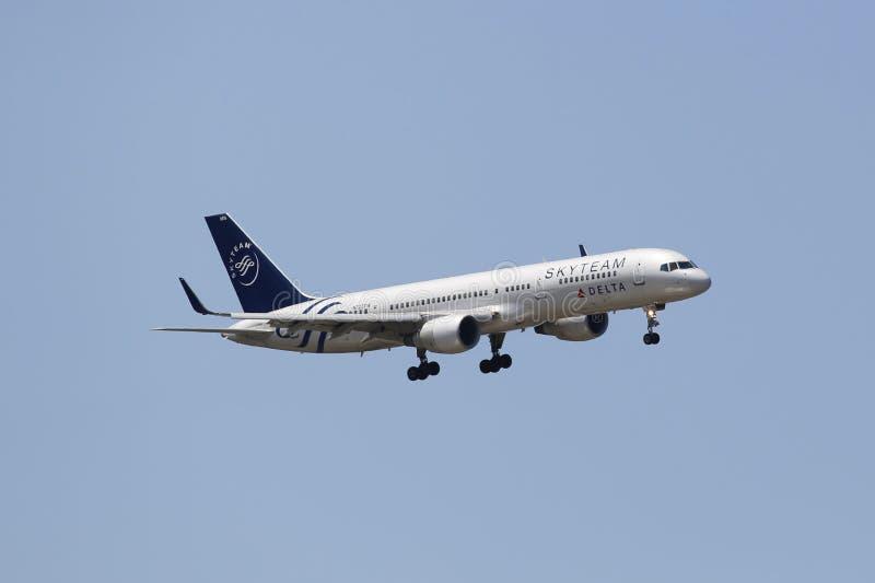 Delta Airlines Boeing 757 w Nowy Jork niebie przed lądować przy JFK lotniskiem obrazy royalty free