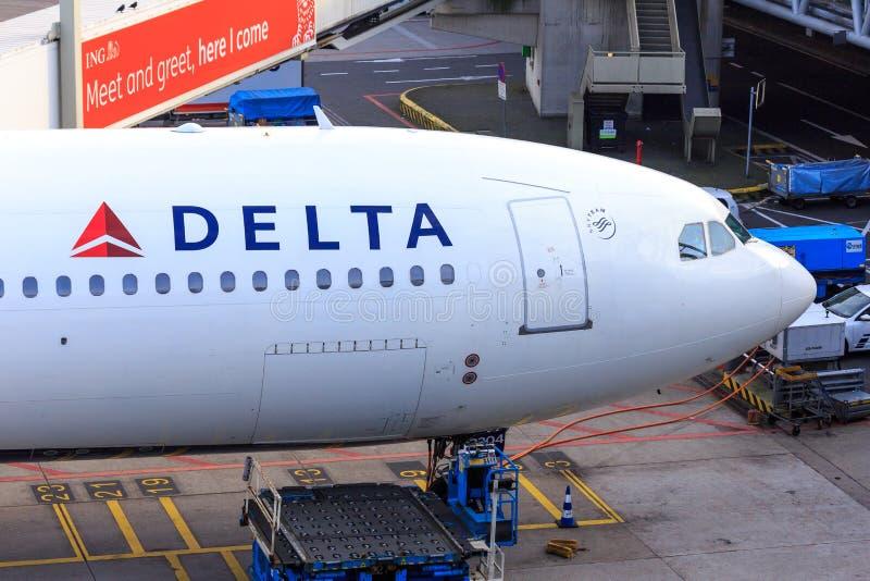 Delta Airlines A330 garé à la porte photo stock