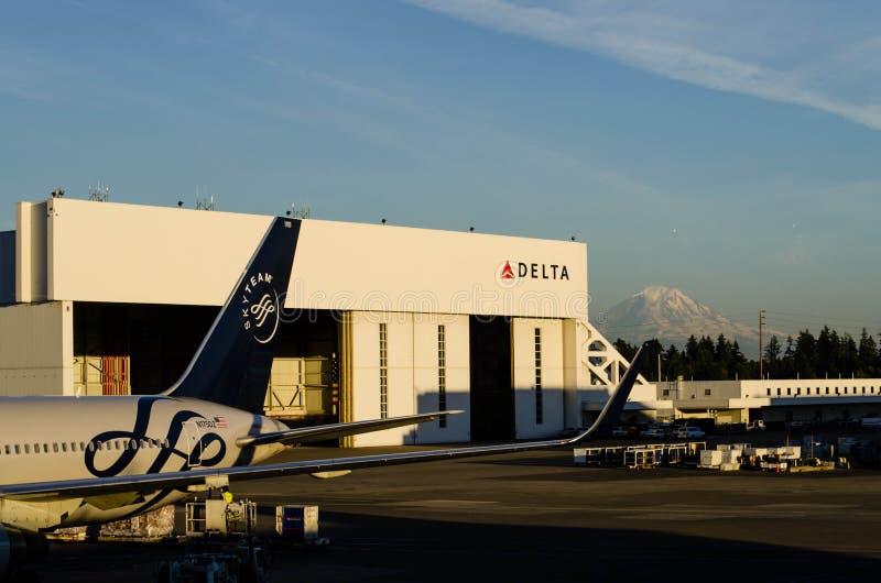Delta Airlines hangar przy SeaTac obraz royalty free