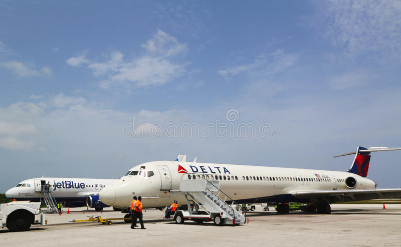Delta Airlines McDonnell Douglas MD-80 и аэробус A320 JetBlue на международном аэропорте Оуэна Roberts на Grand Cayman стоковое изображение rf