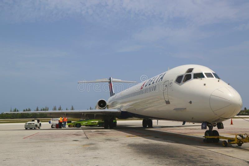 Delta Airlines McDonnell Douglas MD-80 на международном аэропорте Оуэна Roberts на Grand Cayman стоковые изображения