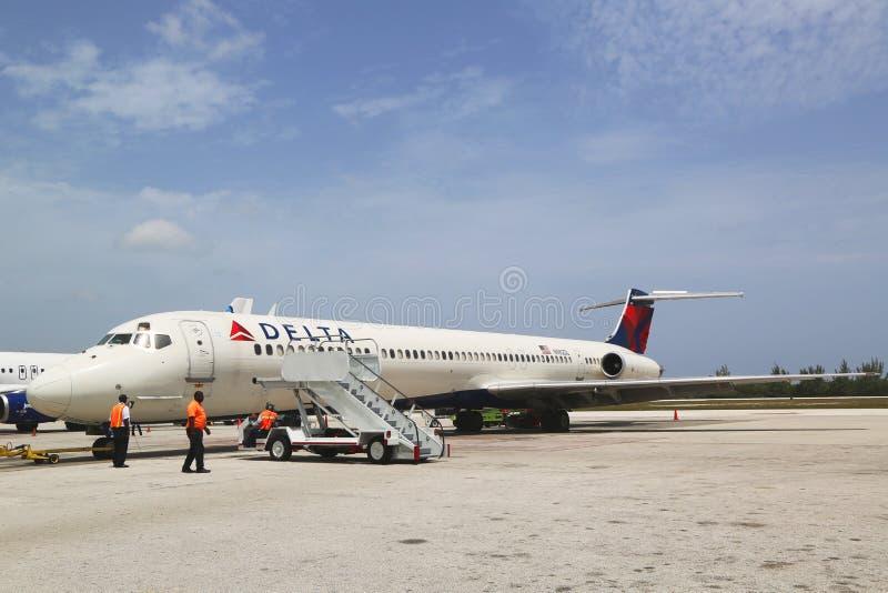 Delta Airlines McDonnell Douglas MD-80 bei Owen Roberts International Airport bei Grand Cayman lizenzfreie stockbilder