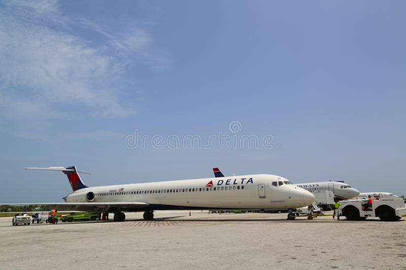 Delta Airlines McDonnell Douglas MD-80 e US Airways jorram em Owen Roberts International Airport em Grande Caimão foto de stock royalty free