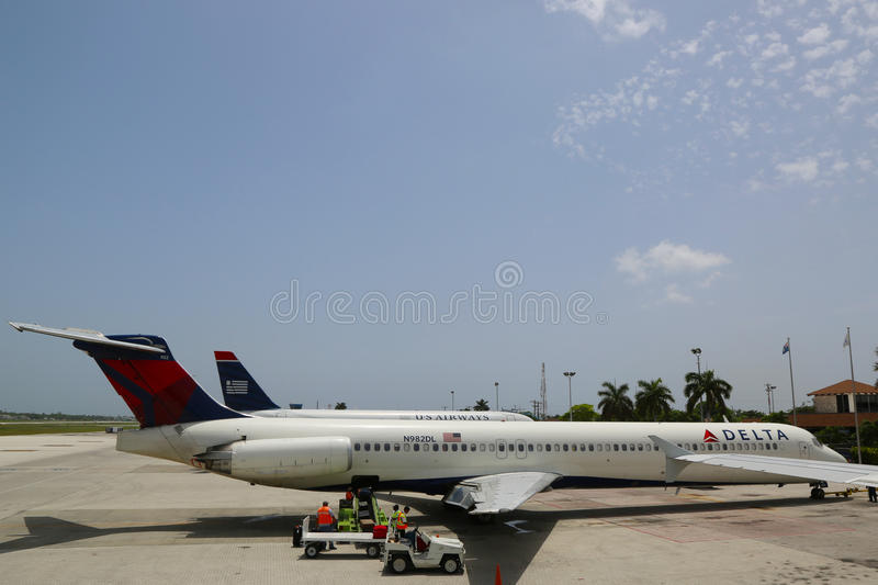 Delta Airlines McDonnell Douglas MD-80 e US Airways jorram em Owen Roberts International Airport em Grande Caimão fotografia de stock