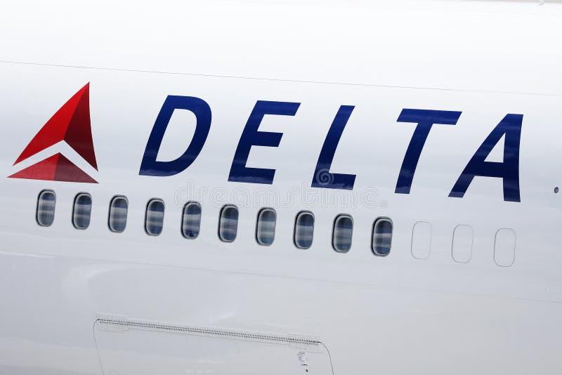 Delta Airlines nivå, närbildsikt av plana fönster royaltyfri fotografi