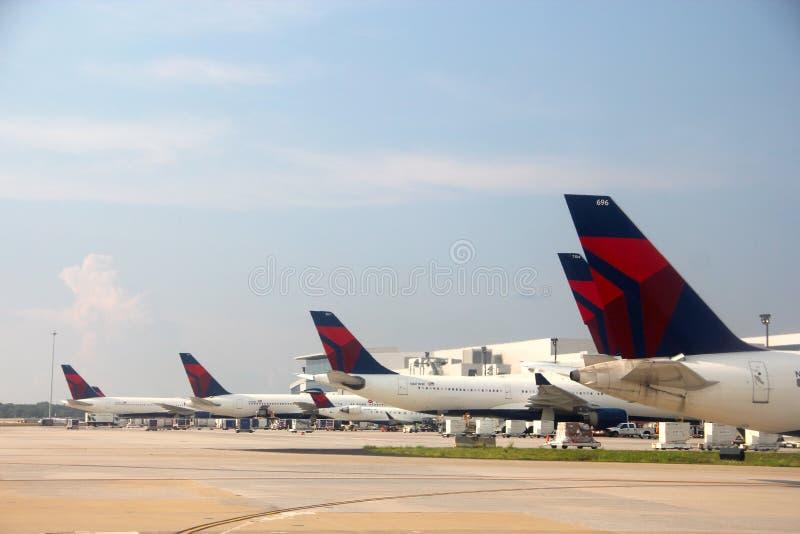 Delta Airlines på Atlanta den internationella flygplatsen arkivfoto