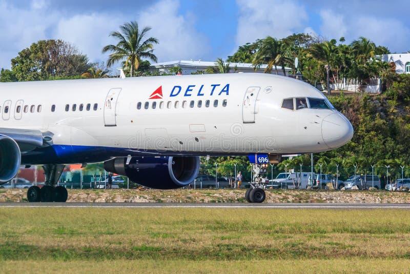 Delta Airlines på St Maarten royaltyfria bilder