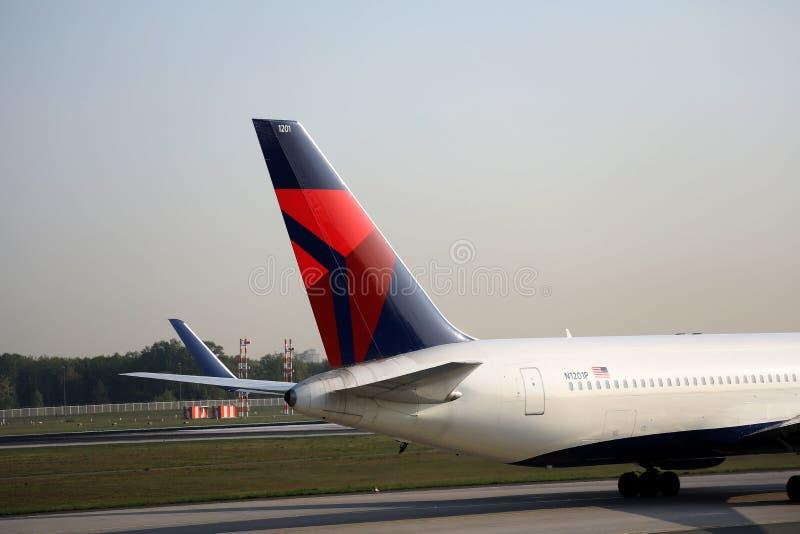 Delta Airlines que lleva en taxi en el aeropuerto de Francfort, FRA, opinión del primer de la cola imagen de archivo libre de regalías