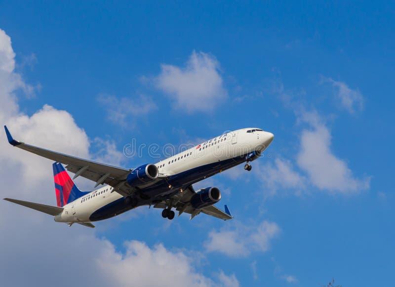 Delta Airlines trafikflygplan royaltyfria bilder