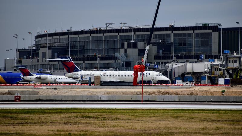 Delta Airlines-vliegtuig bij de poort royalty-vrije stock fotografie