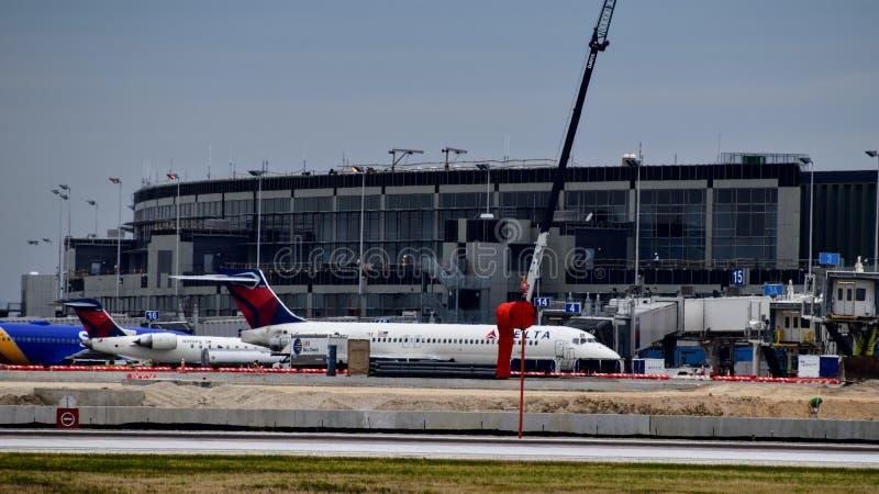 Delta Airlines-vliegtuig bij de poort royalty-vrije stock foto's