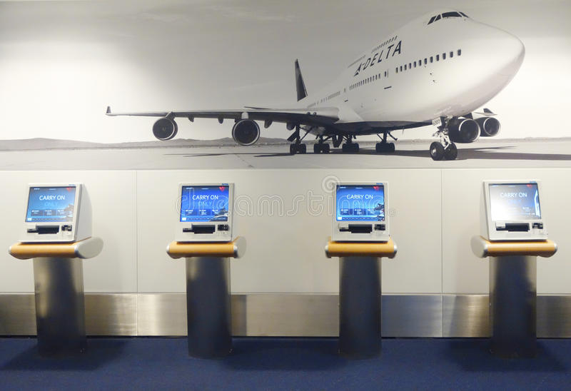 Delta Airlines-zelfbedieningskiosk in Terminal 4 in John F Kennedy International Airport royalty-vrije stock foto