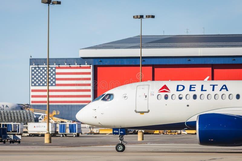 Delta Commercial Airliner em Tastand e American Flag foto de stock royalty free