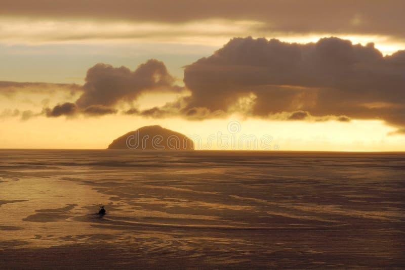 Delta de Clyde Sunset com barco e Ailsa Craig imagens de stock
