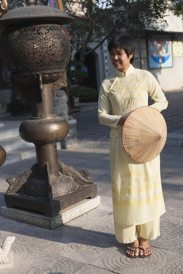 Delta du Vietnam, la rivière rouge, femme asiatique à un temple photos libres de droits