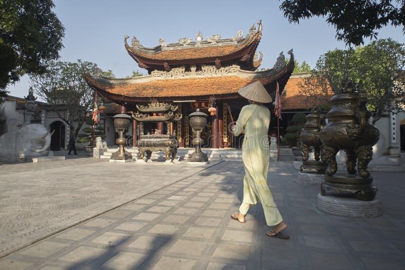 Delta du Vietnam, la rivière rouge, femme asiatique portant ao Dai photos stock