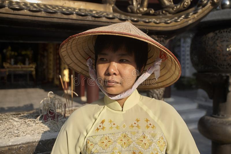 Delta du Vietnam, la rivière rouge, femme asiatique portant ao Dai images libres de droits