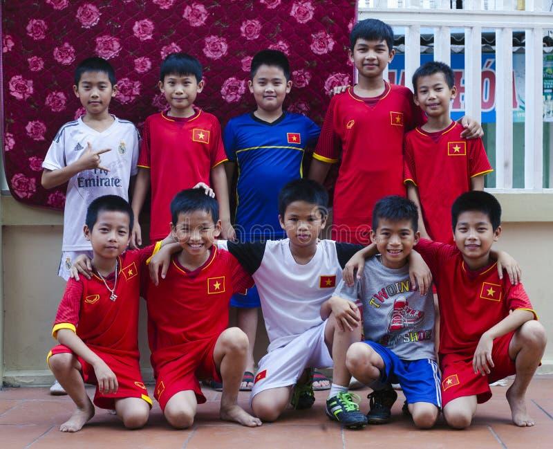 Delta du Vietnam, la rivière rouge Jeunes passionés du football photos stock