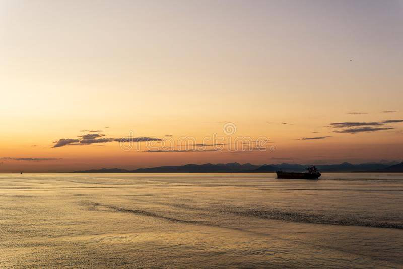 DELTA Kanada, LIPIEC, - 12, 2019: ładunku statek przy chmurnym zmierzchem w cieśninie Gruzja obrazy royalty free