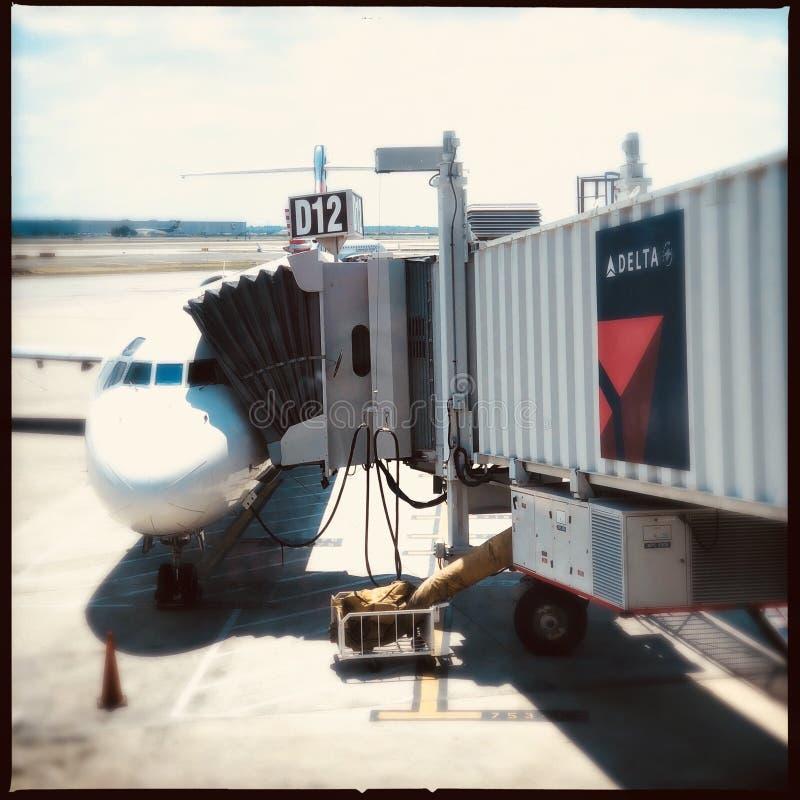 Delta samolot przy bramą obrazy stock