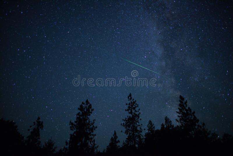 Deltaaquarid-meteoor met de Melkweg in nigh spectaculair dit royalty-vrije stock afbeeldingen