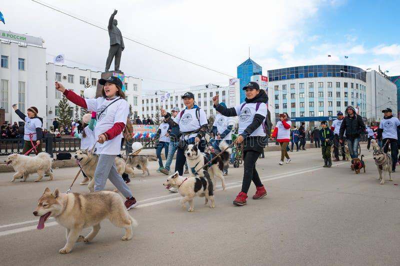 Deltagare av demonstrationen ståtar - federation av Sledding av republiken av Sakha Yakutia royaltyfri foto