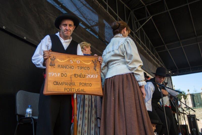 Deltagare av den Porto folklorefestivalen Festival de Folclore gör Orfeao gör Porto royaltyfri bild