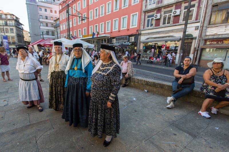 Deltagare av den Porto folklorefestivalen Festival de Folclore gör Orfeao gör Porto arkivfoton