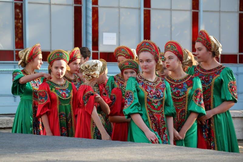 Deltagare av den Topotukha folkdanshelheten från Pyatigorsk, Ryssland arkivbilder