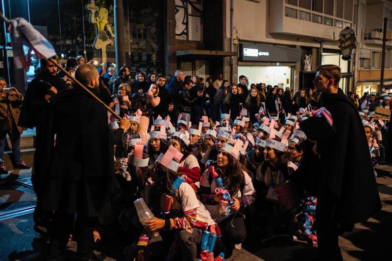 Deltagare av den traditionella festivalen för Cortejo da Latada universitetstudent i den Porto mitten royaltyfria bilder