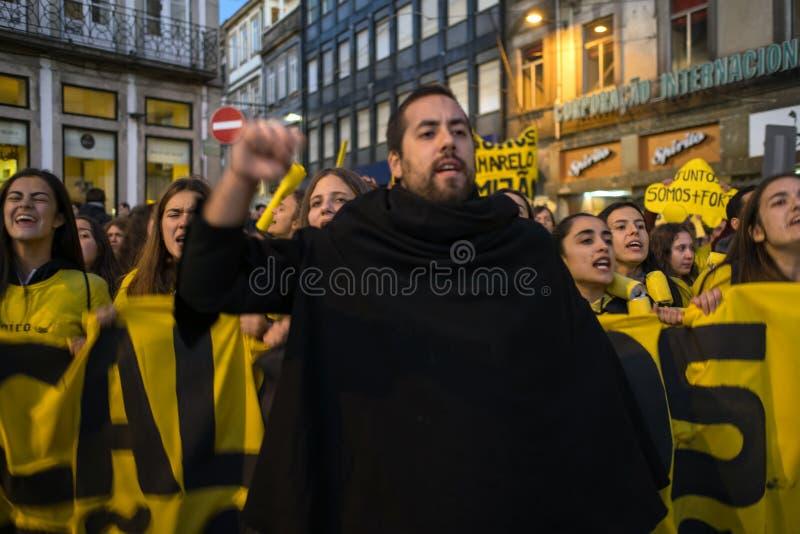 Deltagare av den traditionella festivalen f?r Cortejo da Latada universitetstudent i den Porto mitten fotografering för bildbyråer