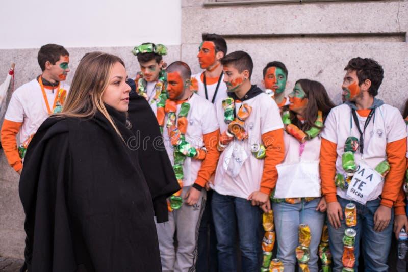 Deltagare av den traditionella festivalen f?r Cortejo da Latada universitetstudent i den Porto mitten arkivfoto