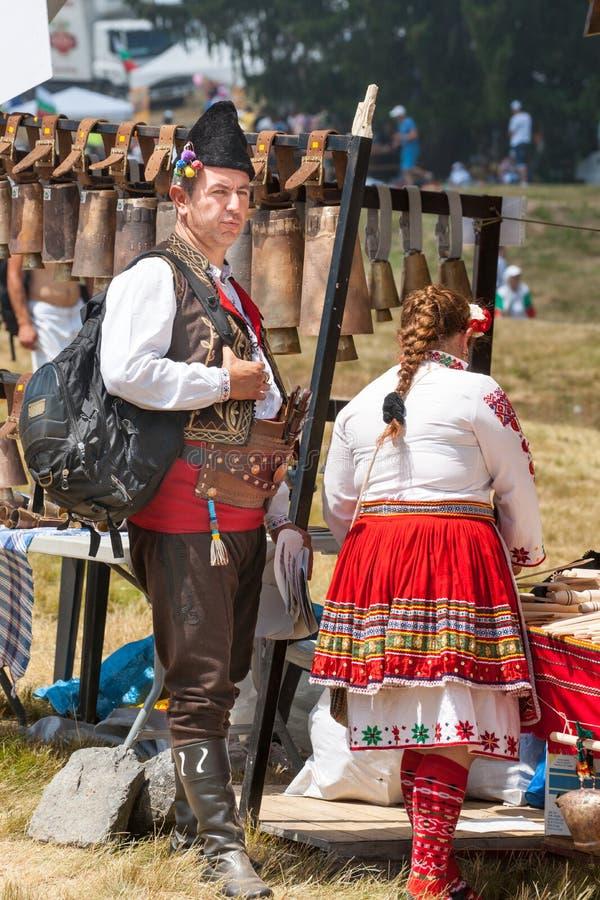 Deltagare av festivalen på Rozhen nationella bulgardräkter royaltyfria bilder