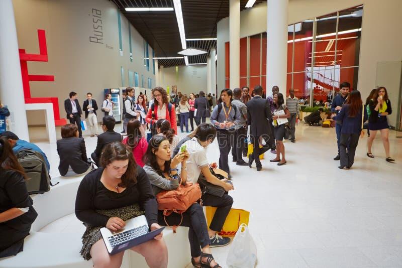 Deltagare av global ungdom till affärsforum i foajé royaltyfri bild