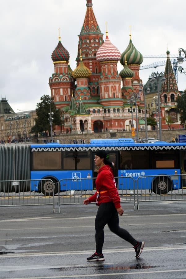 Deltagare av maraton för Moskva 6 arkivbild