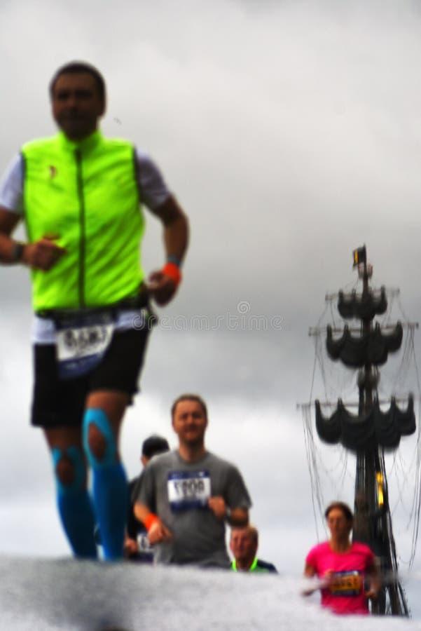 Deltagare av maraton för Moskva 6 Taget på det baltiskt spotta, Baltiysk, Ryssland arkivbilder