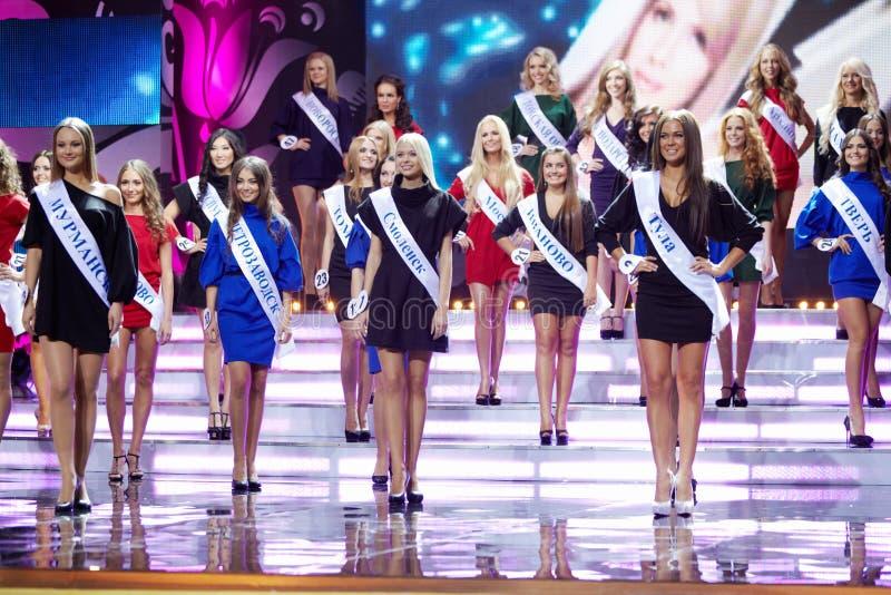 Deltagare av rysk skönhet - strid 2011 på fullvuxen hankronhjort royaltyfri foto