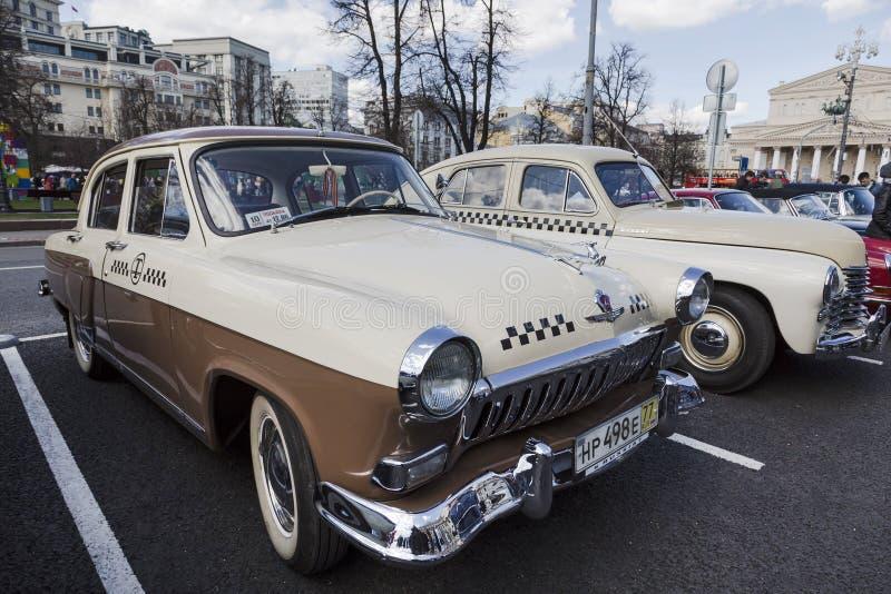 Deltagare av samlar av klassiska retro bilar i Moskva arkivfoton